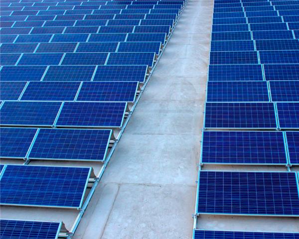 panneaux photovoltaïques sur toiture plate