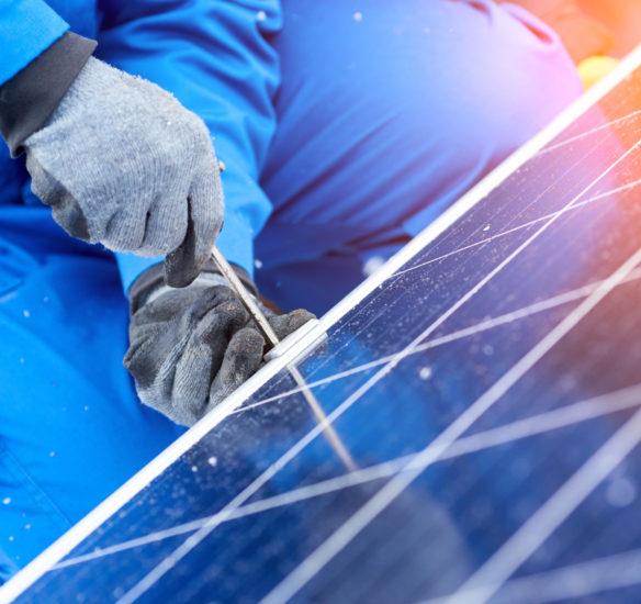 Installateur spécialisé dans la pose de panneaux solaires en entreprise