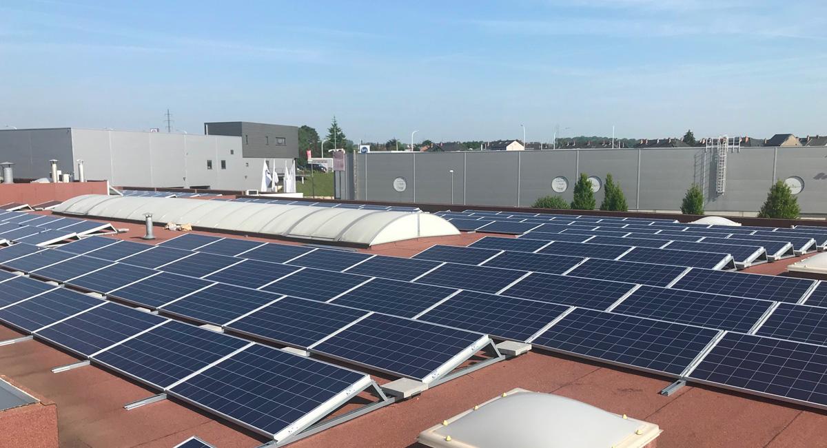 Centrale photovoltaïque installée sur un toit plat d'une entreprise