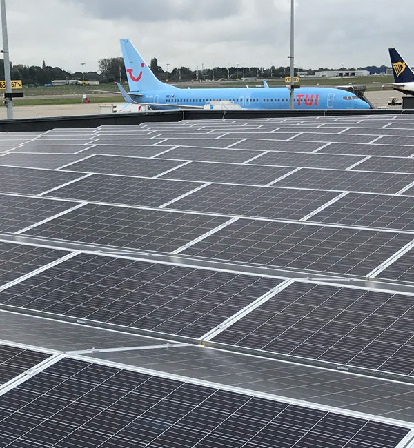 Installation de panneaux photovoltaïques sur le terminal 2 de l'aéroport de Charleroi