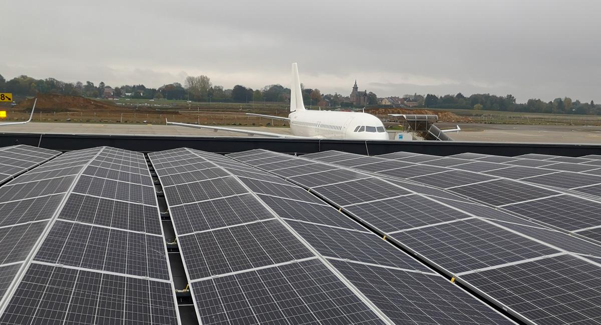Panneaux photovoltaïques sur le toit de l'aéroport de Charleroi