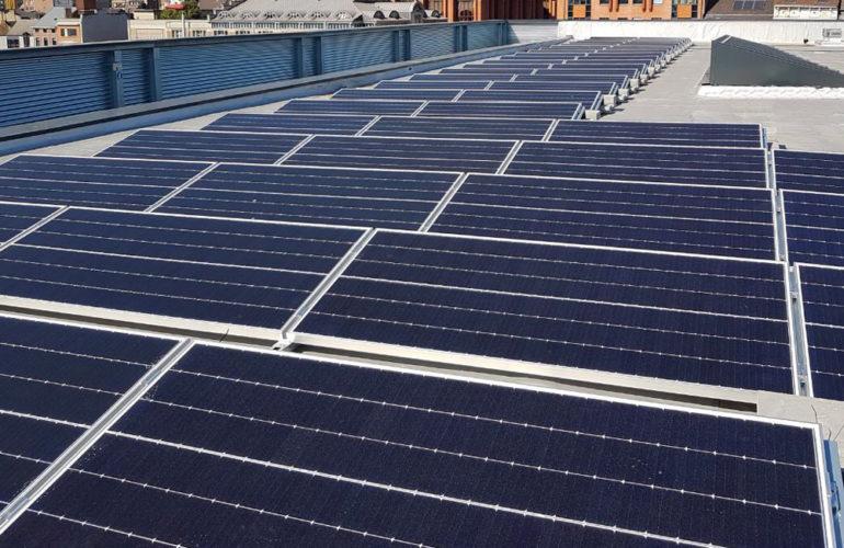 Pose de panneaux solaires sur toiture plate avec lestage