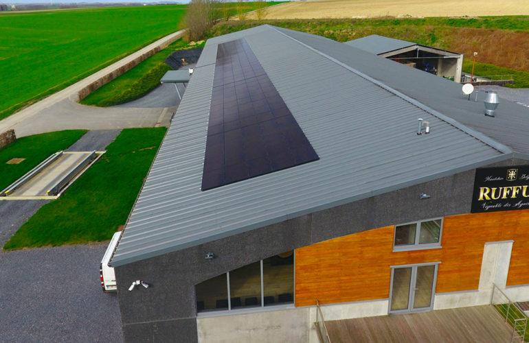 Panneaux solaires black frame fixés sur toiture