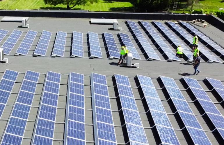 installation de panneaux solaires sur un magasin